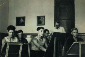 В.Ф.Илюшин на занятии со студийцами. На переднем плане слева Б.Лапшин, в центре В.Пичугин.1952г.